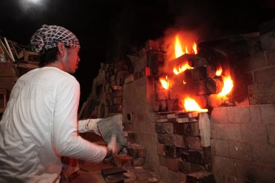 日本最南端の登り窯に火入れ