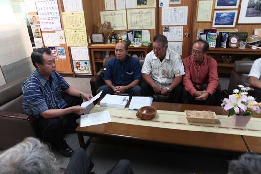 竹富公民館が1万以上の署名を手に要請