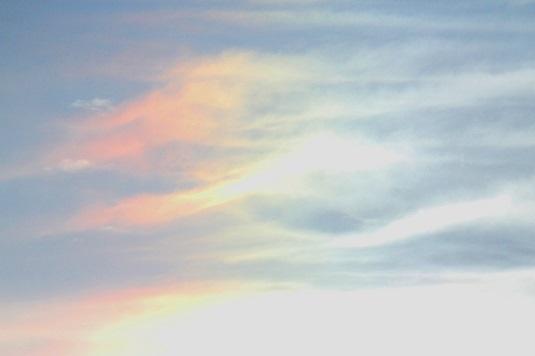 西の空に彩雲