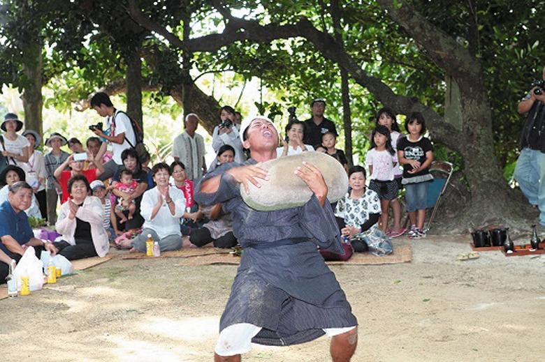 川平豊年祭でビッチュル石を奉納