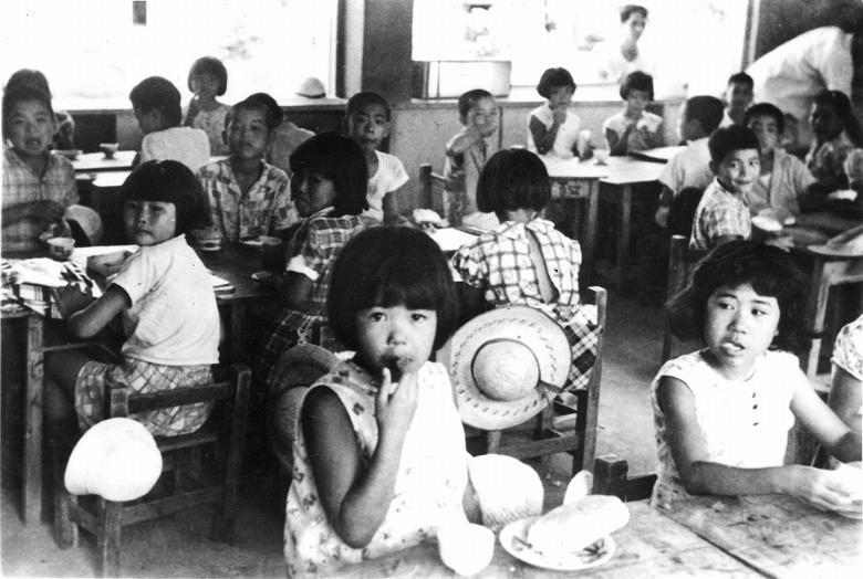 脱脂粉乳とコッペパンで始まった学校給食