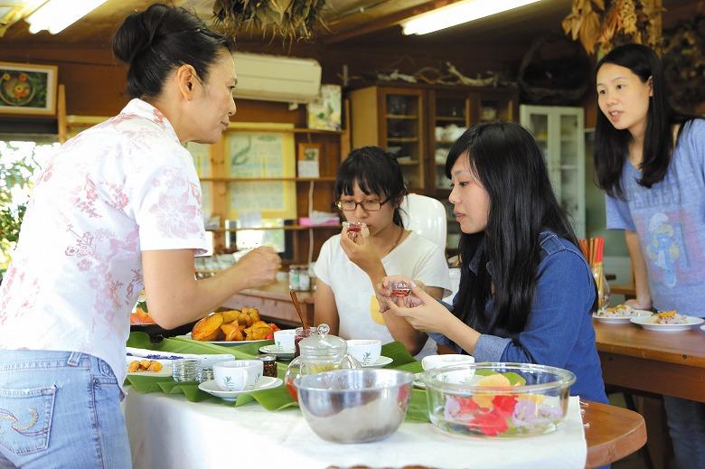 台湾人気シェフらが、八重山のハーブを視察